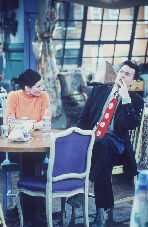 Als Chandler (Matthew Perry, r.) Rachel rät, mit dem Rauchen anzufangen, ärgert sich Monica (Courteney Cox, l.) maßlos ... - Bildquelle: TM+  2000 WARNER BROS.