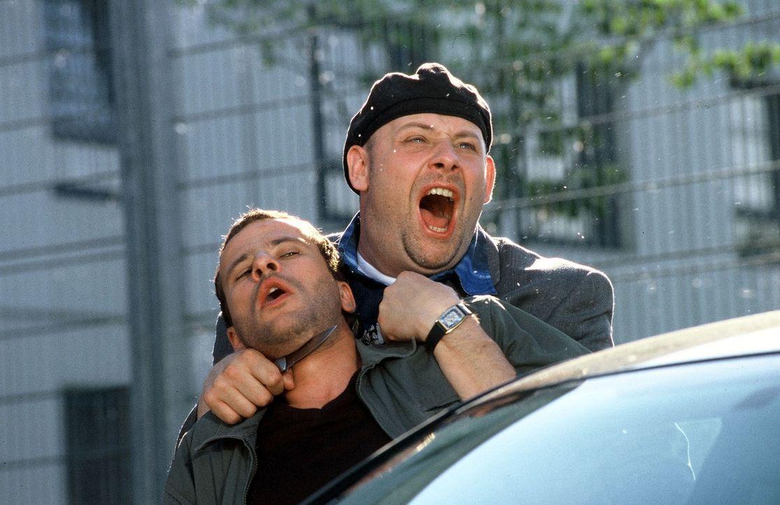 Manni (Axel Häfner, r.) täuscht mit Timos (Frank Stieren, l.) Hilfe eine Entführung vor und kann so aus der Untersuchungshaft fliehen ... - Bildquelle: Martin Menke Sat.1