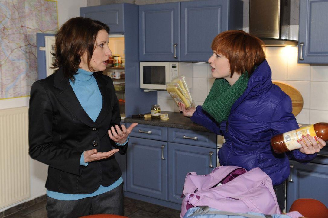 Nach einer einsamen Nacht in der Schule, schleicht sich Sophie (Franciska Friede, r.) heimlich nach Hause, wo sie unerwartet auf ihre Mutter (Stefan... - Bildquelle: SAT.1