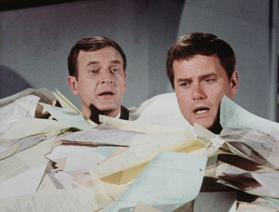 Tony (Larry Hagman, r.) ahnt nicht, dass er plötzlich zaubern kann und bringt sich und Roger (Bill Daily, l.) von einer brenzligen Situation in die... - Bildquelle: Columbia Pictures