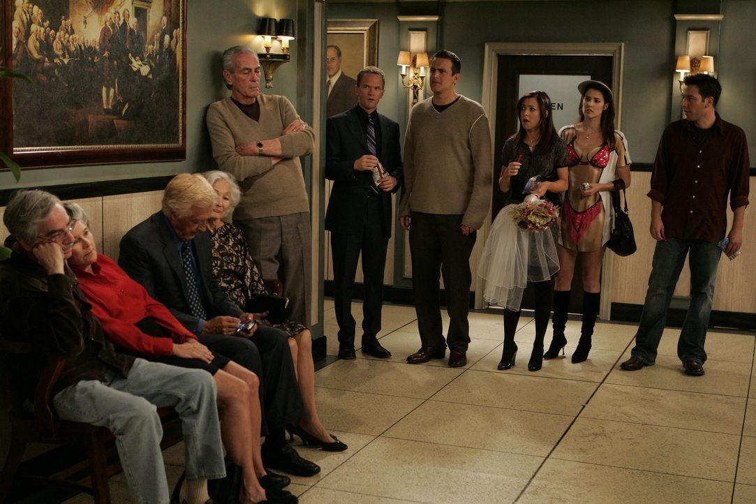 Endlich sind Marshall (Jason Segel, 4.v.r.) und Lily (Alyson Hannigan, 3.v.r.) wieder zusammen und stellen fest, dass sie auch immer noch heiraten m... - Bildquelle: 20th Century Fox International Television
