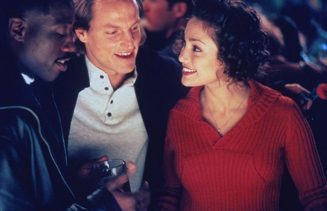 Durch die neue Kollegin Grace (Jennifer Lopez, r.) wird das Verhältnis der Adoptivbrüder John (Wesley Snipes, l.) und Charlie (Woody Harrelson, M.)... - Bildquelle: Columbia Tristar