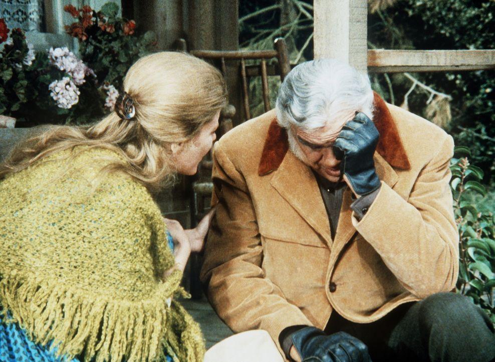 Zeena (Pamela Payton-Wright, l.) behauptet, dass Ben (Lorne Greene, r.), der eine Gedächtnislücke hat, in der Mordnacht am Tatort gewesen sei. - Bildquelle: Paramount Pictures