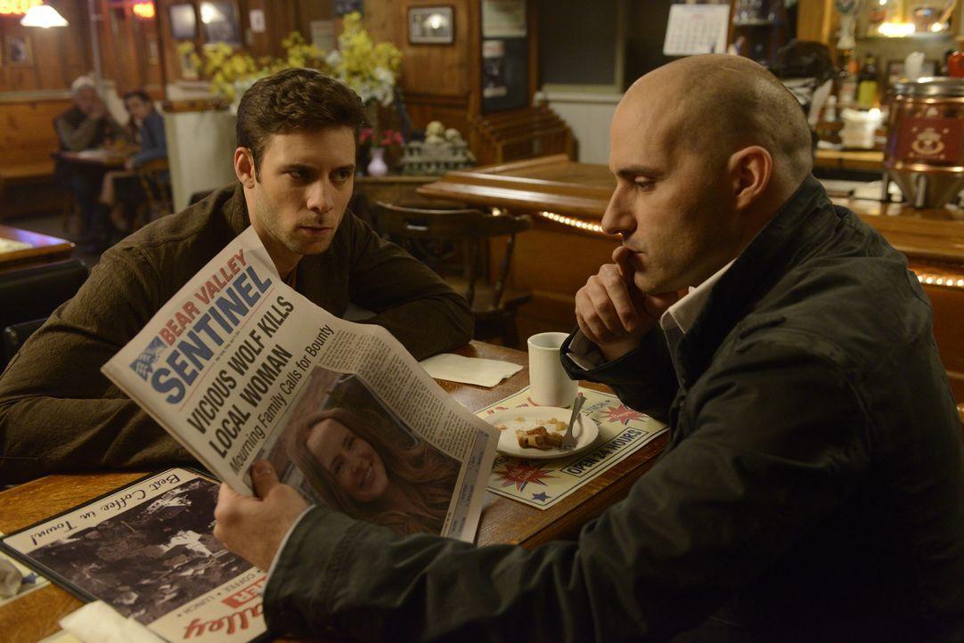 Entsetzt müssen Nick (Steve Lund, l.) und Antonio (Paulino Nunes, r.) feststellen, dass der unbekannte Wolf weiterhin tötet - und ihr Rudel hat imme... - Bildquelle: 2014 She-Wolf Season 1 Productions Inc.