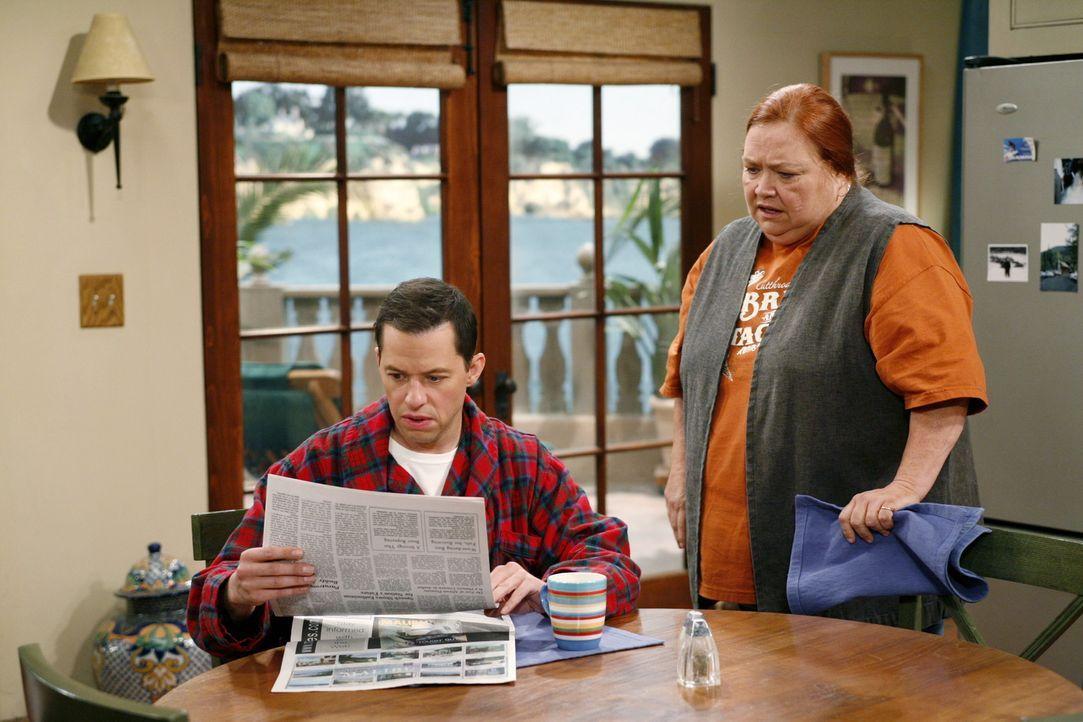 Machen eine interessante Entdeckung: Alan (Jon Cryer, l.) und Berta (Conchata Ferrell, r.) ... - Bildquelle: Warner Brothers Entertainment Inc.