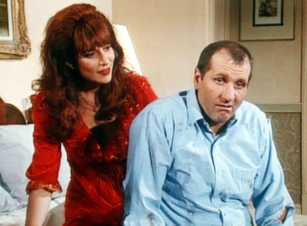 Peggy (Katey Sagal, l.) verlangt, dass Al (Ed O'Neill, r.) seinen ehelichen Pflichten nachkommt. - Bildquelle: Columbia Pictures