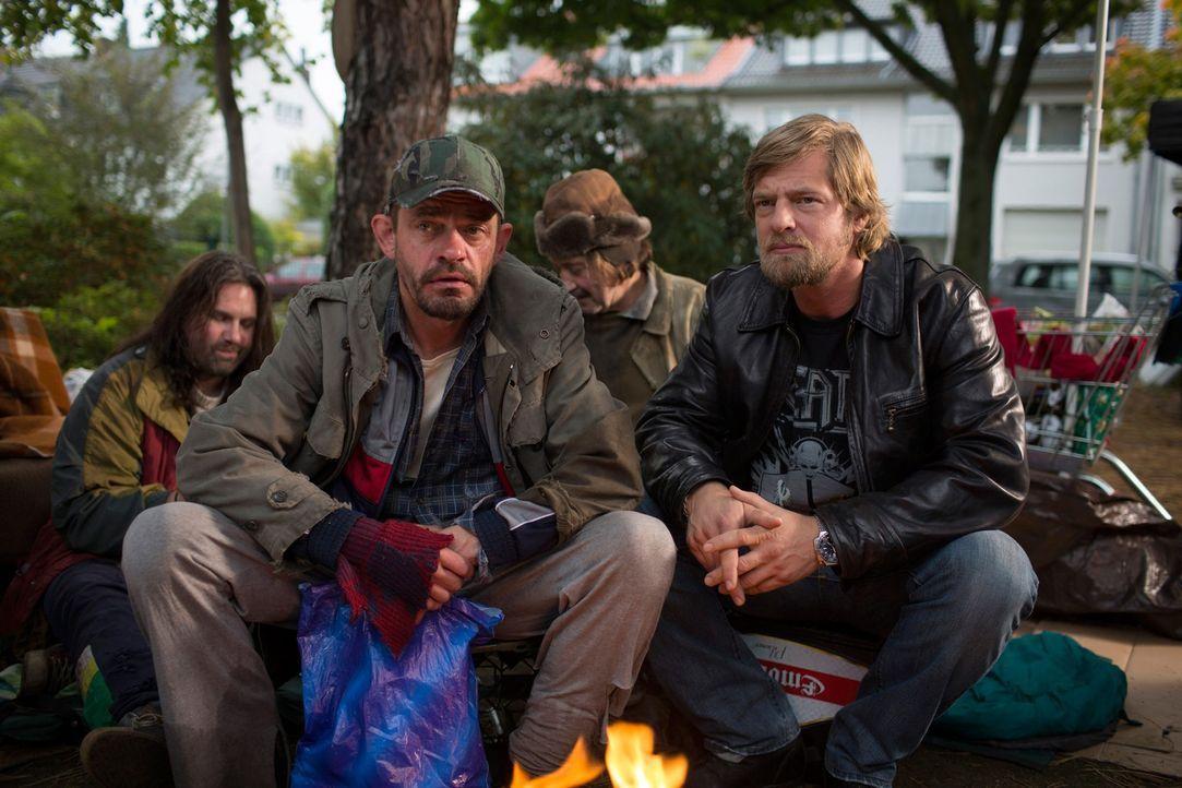 Um herauszufinden, wer denn Obdachlosen Benno auf dem Gewissen hat, nimmt sich Mick (Henning Baum, vorne l.) Kurt Bölling (Henning Peker, vorne r.)... - Bildquelle: Martin Rottenkolber SAT. 1