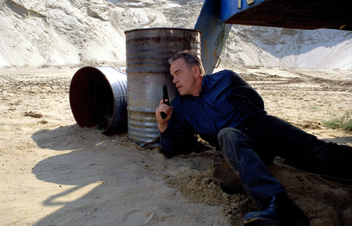 Kommissar Wolff (Jürgen Heinrich) gerät in einen Hinterhalt. - Bildquelle: Leslie Haslam Sat.1
