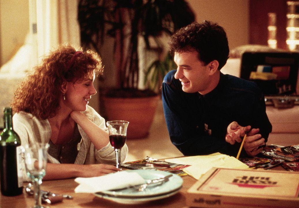Susan (Elizabeth Perkins, l.) ist von der kindlichen Art Joshuas (Tom Hanks, r.) fasziniert ... - Bildquelle: 20th Century Fox Film Corporation