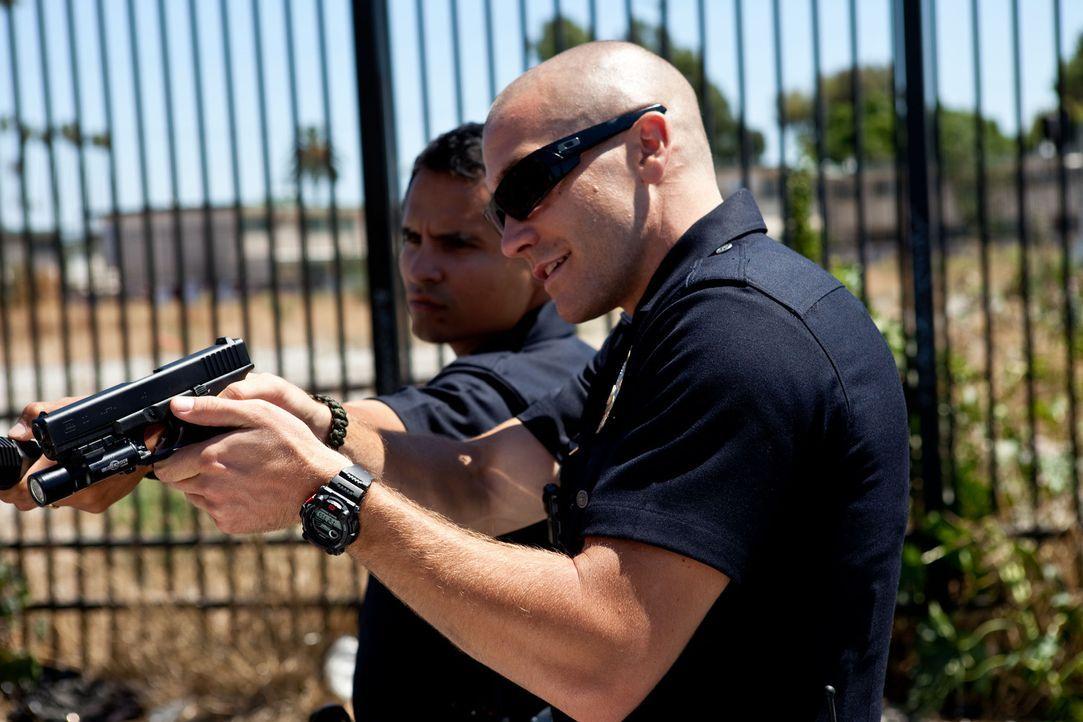 Zwischen den beiden Streifenpolizisten Mike Zavala (Michael Peña, l.) und Brian Taylor (Jake Gyllenhaal, r.) herrscht eine tiefe Freundschaft. Gemei... - Bildquelle: Scott Garfield 2011 Sole Productions, LLC. All rights reserved.