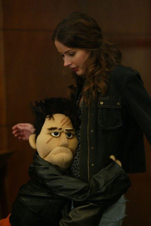"""Bei seinen Recherchen in den Produktionsräumen von """"Smiley Time"""" wird Angel in eine Puppe verwandelt. Verzweifelt klammert er sich an Fred (Amy Acke... - Bildquelle: The WB Television Network"""