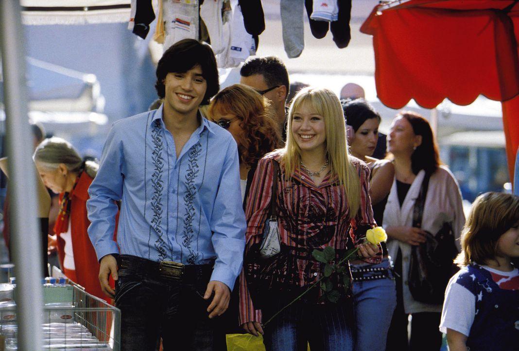Auf der Klassenfahrt in Rom wird Lizzie McGuire (Hilary Duff, r.) mit Isabella, einen umjubelten Popstar, verwechselt. Als ob das noch nicht genug w... - Bildquelle: Rob McEwan, Philippe Antonello Buena Vista Distribution