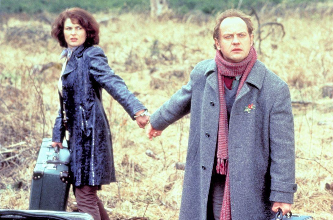 Unfreiwillig aneinandergekettet: Charlotte (Barbara Auer, l.) kann zwar der Polizei entkommen, aber ihrer nervigen Reisebegleitung (Uwe Ochsenknecht... - Bildquelle: ProSieben