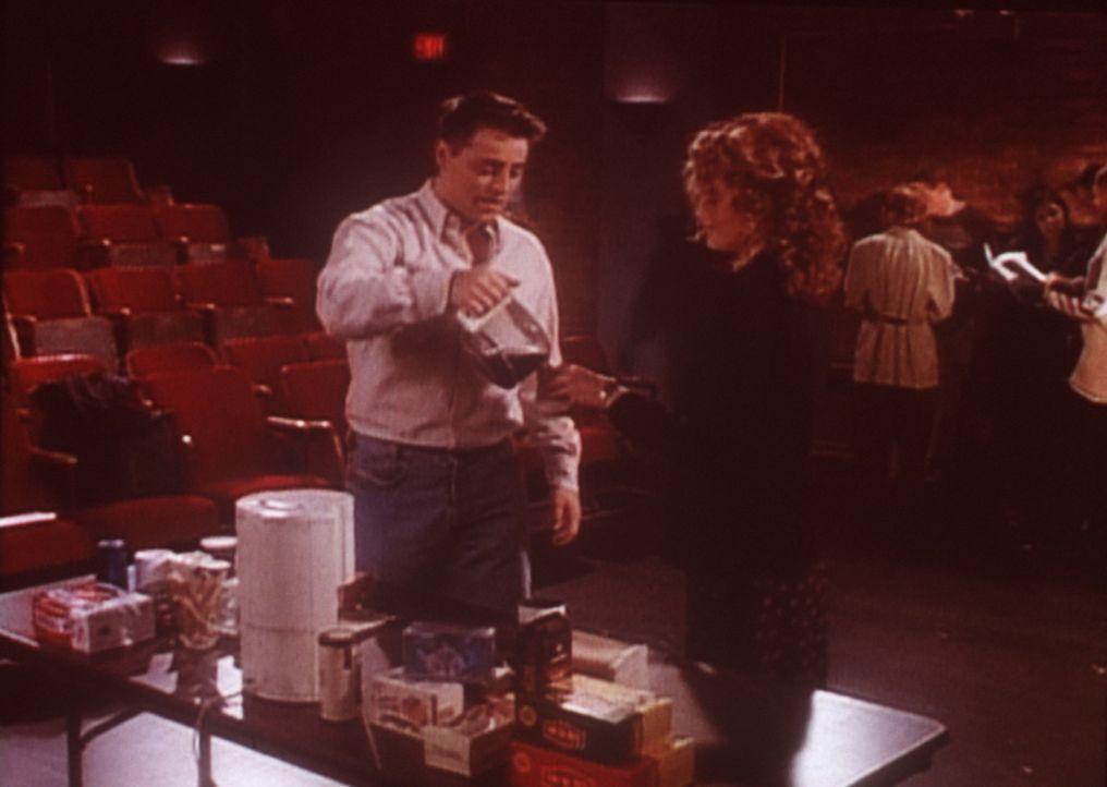 Joey (Matt LeBlanc, l.) hat eine Rolle beim Theater bekommen und macht sich mit seiner neuen Kollegin (Dina Meyer, r.) bekannt. - Bildquelle: TM+  2000 WARNER BROS.