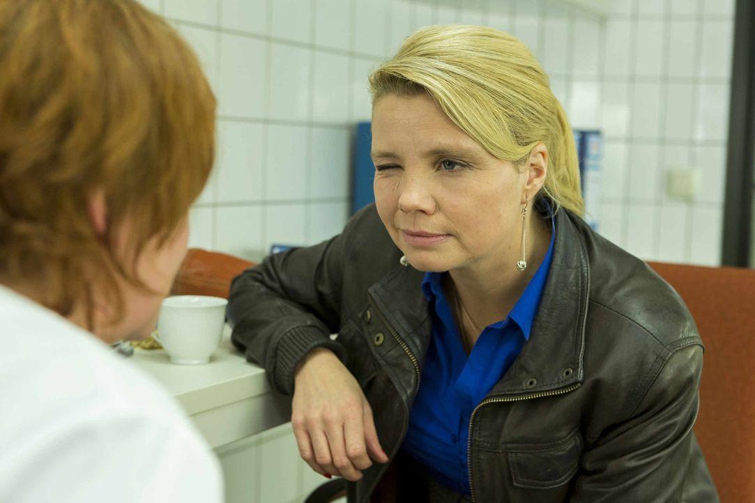 Kann Maja Wolf (Brigitte Böttrich, l.) Danni (Annette Frier, r.) bei ihrem neuen Fall behilflich sein? - Bildquelle: Frank Dicks SAT.1