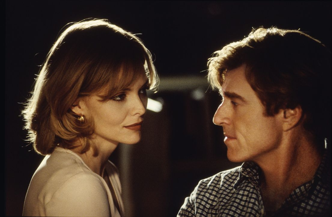 Sally Atwater (Michelle Pfeiffer, l.) möchte unbedingt Nachrichtensprecherin werden. Eines Tages wird sie Assistentin von Warren Justice (Robert Re... - Bildquelle: Buena Vista Pictures