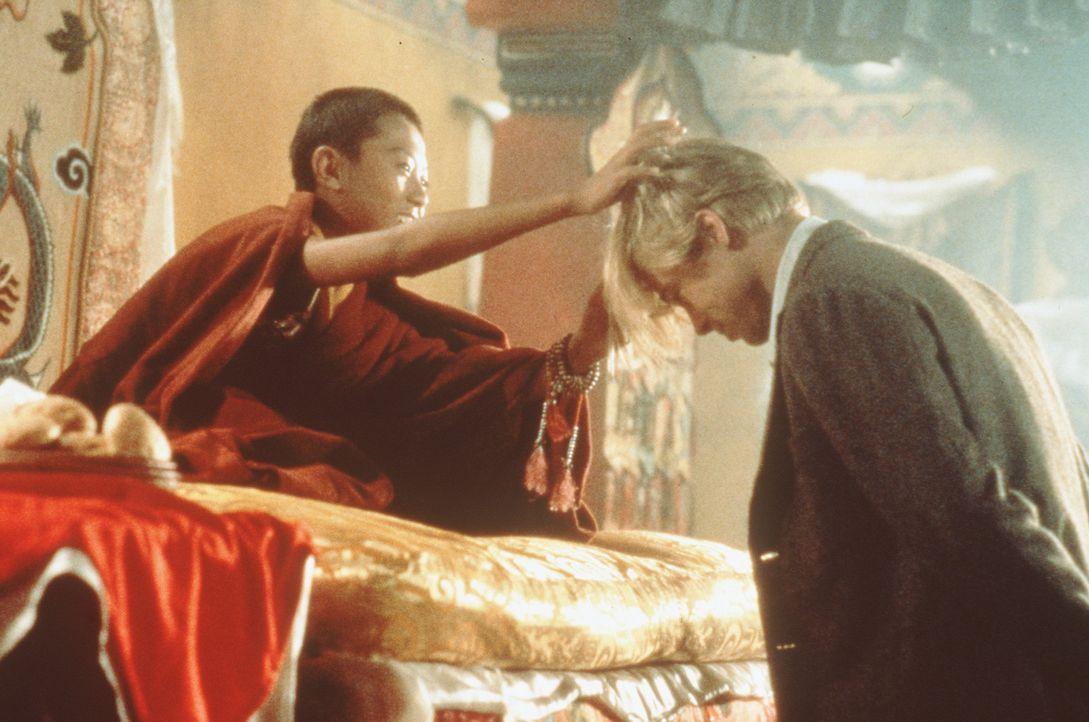 Der junge Dalai Lama (Jamyang Wangchuk, r.) ist von dem blonden Haar des Bergsteigers aus dem Abendland, Heinrich Harrer (Brad Pitt, l.), fasziniert... - Bildquelle: TriStar Pictures