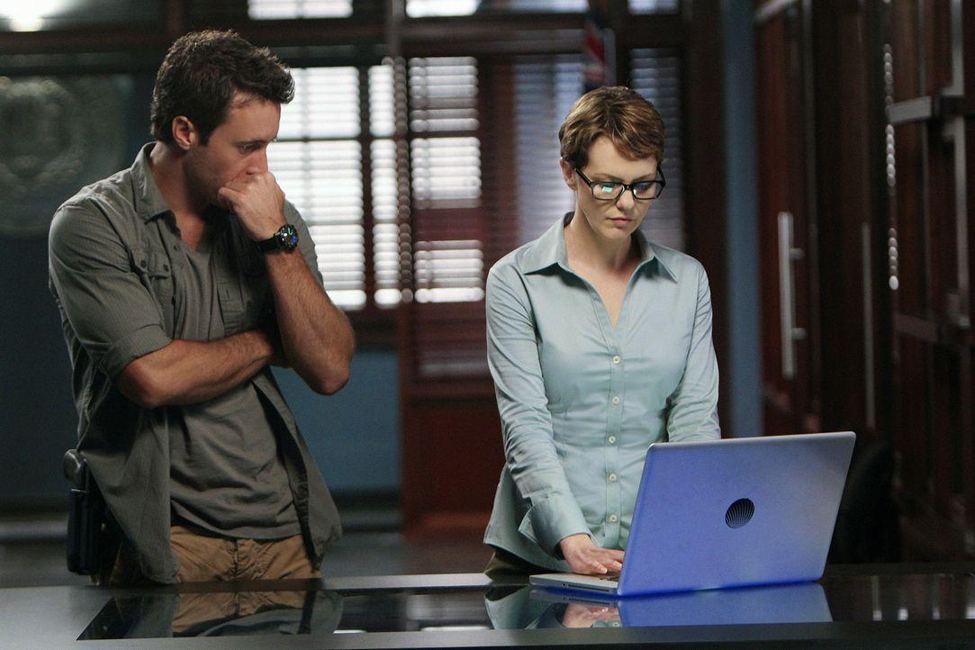 Steve (Alex O'Loughlin, l.) wird von CIA-Agentin Jenna Kaye (Larisa Oleynik, r.) aufgefordert, ihr all seine Ermittlungsakten der Nashinuri-Untersuc... - Bildquelle: 2011 CBS BROADCASTING INC.  All Rights Reserved.