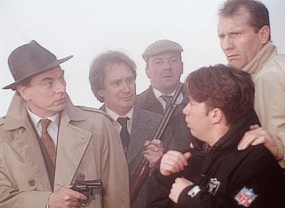 Auf der Flucht vor den blutrünstigen Einwohnern geraten Al (Ed O'Neill, r.) und Bud (David Faustino, 2.v.r.) an den nicht minder gefährlichen Trev... - Bildquelle: Columbia Pictures