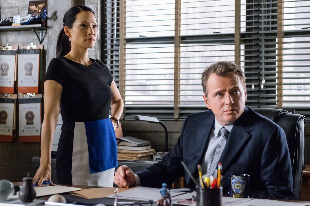 Dr. Watson (Lucy Liu, l.) und Capt. Gregson (Aidan Quinn, r.) nehmen die Fährte in einem Fall auf, der eindeutige Verbindungen zur Mafia aufweist. W... - Bildquelle: CBS Television