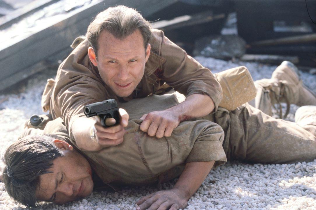 Sergeant Henderson (Christian Slater, oben) versucht alles, damit der ihm anvertraute Code-Funker Charlie Whitehorse (Roger Willie) nicht in die Hän... - Bildquelle: 2002 METRO-GOLDWYN-MAYER PICTURES INC.. All Rights Reserved