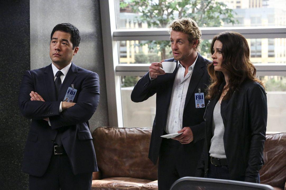 Gemeinsam mit Cho (Tim Kang, l.) und Lisbon (Robin Tunney, r.) versucht Jane (Simon Baker, M.), den Mörder eines  High-Tech-Kartographen ausfindig z... - Bildquelle: Warner Bros. Television