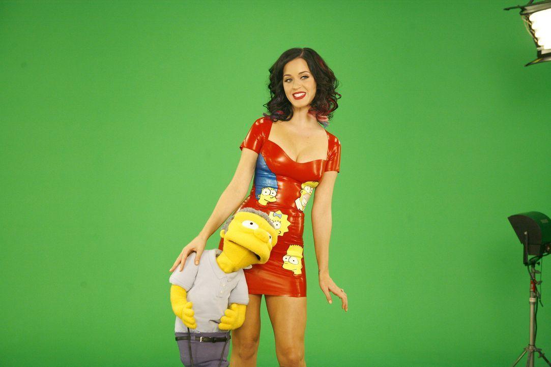 Moe (l.) ist vom Gaststar Katy Perry (r.) sichtlich angetan ... - Bildquelle: und TM Twentieth Century Fox Film Corporation - Alle Rechte vorbehalten