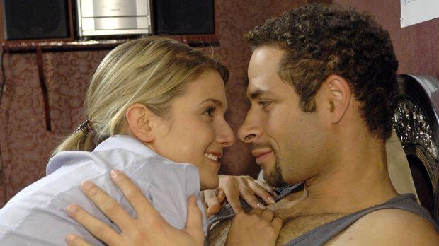 Jannick (Mike Adler, r.) und Anna (Jeanette Biedermann, l.) kuscheln miteinan...