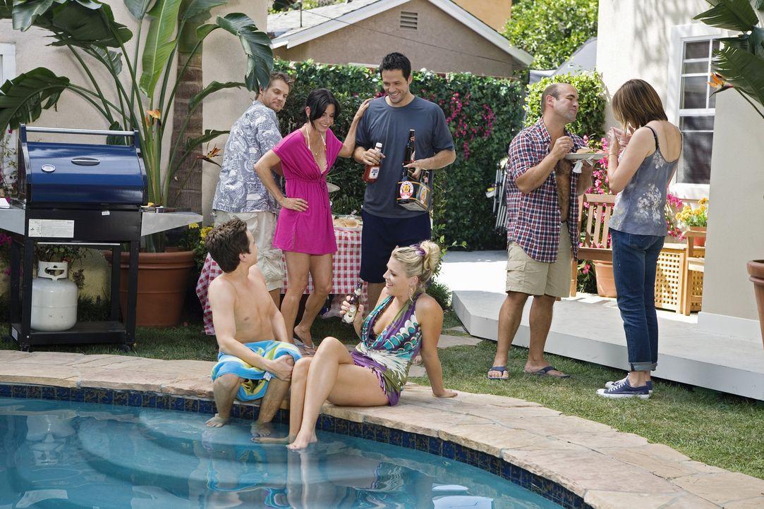 Jules (Courteney Cox, 3.v.l.) ist klar, dass sie die Wette mit Grayson (Josh Hopkins, M.) verloren hat und lädt ihn deshalb zum Barbecue mit Laurie... - Bildquelle: 2009 ABC INC.