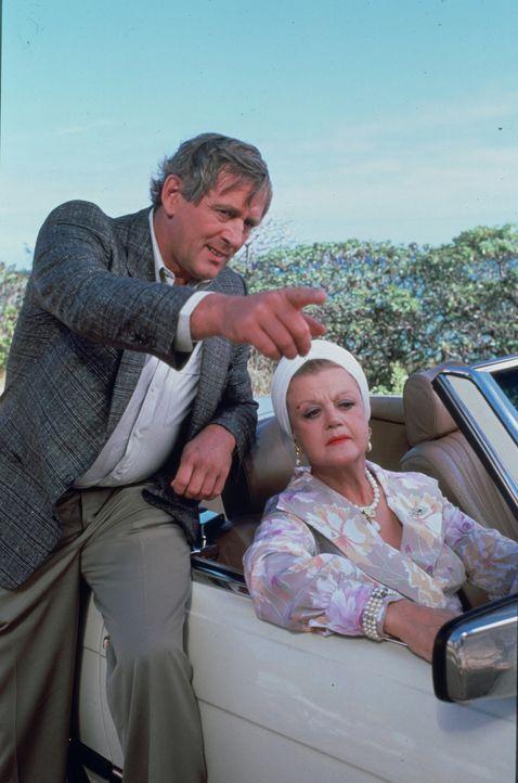 Antoinette, Jessicas (Angela Lansbury, r.) wohlhabende Freundin, ist während eines Karibik-Urlaubs ermordet worden - nun reist sie in dasselbe Hotel... - Bildquelle: Universal Pictures