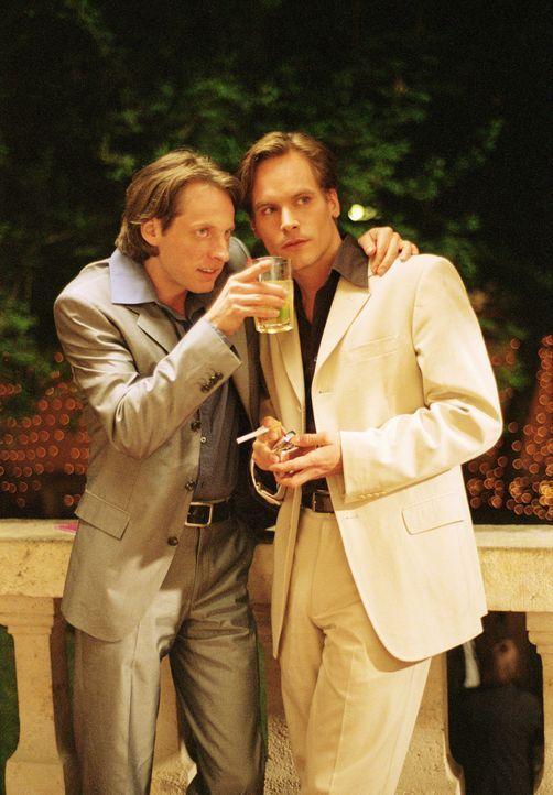 Weder Dirk (Wanja Mues, r.) noch sein Kollege und Freund Leno (Phillip Kramer) gehen Erfolg versprechenden Gelegenheiten aus dem Weg ... - Bildquelle: Lucia Fuster ProSieben