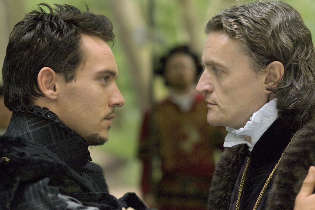 Haben eine harte Aussprache: König Henry VIII. (Jonathan Rhys Meyers, l.) und der Botschafter des Kaisers (Anthony Brophy, r.) ... - Bildquelle: 2008 TM Productions Limited and PA Tudors II Inc. All Rights Reserved.