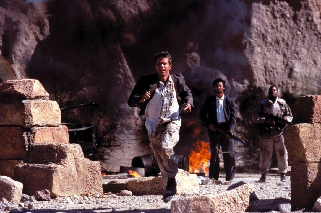 Die US-Soldaten Troy Barlow (Mark Wahlberg, l.) und Chief Elgin (Ice Cube, r.) suchen mitten im Feindesland nach Saddams geheimen Goldvorräten - und... - Bildquelle: Warner Bros. Pictures