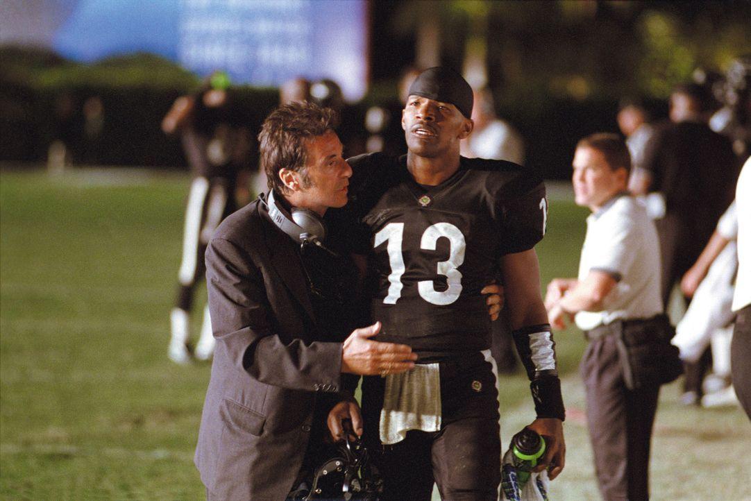 Tony D'Amato (Al Pacino, l.) trainiert schon seit über 20 Jahren die Miami Sharks. Einst waren sie erfolgreich im Football, doch diese Saison ist v... - Bildquelle: Warner Brothers