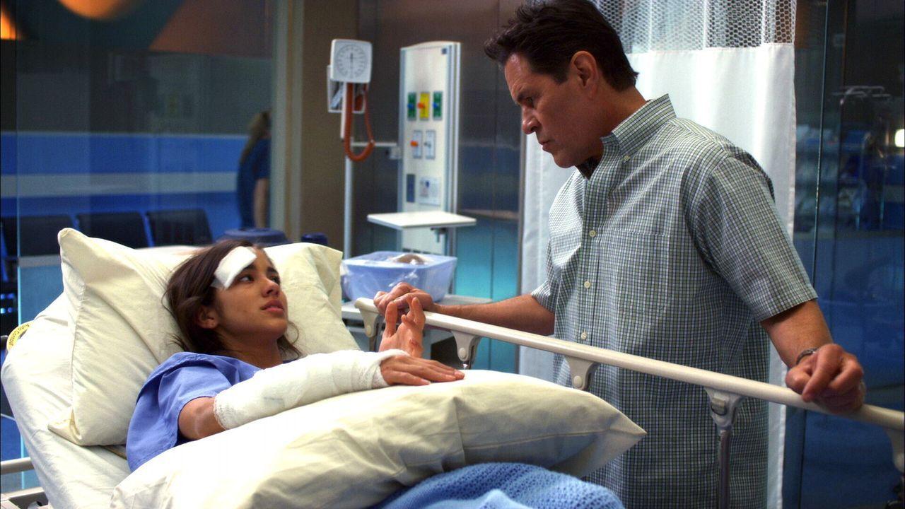 Eine große Entscheidung steht Patientin Lucy (Seychelle Gabriel, l.) bevor: Ihr Arm soll amputiert werden. Vater Garrett ist (A Martinez, r.) dageg... - Bildquelle: Warner Brothers