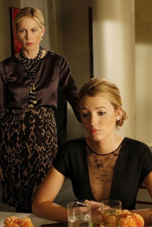 Lily (Kelly Rutherford, l.) droht ihrer Tochter (Blake Lively, r.) sogar mit dem Rauswurf, wenn sie die Affäre mit Tripp nicht beendet. - Bildquelle: Warner Brothers