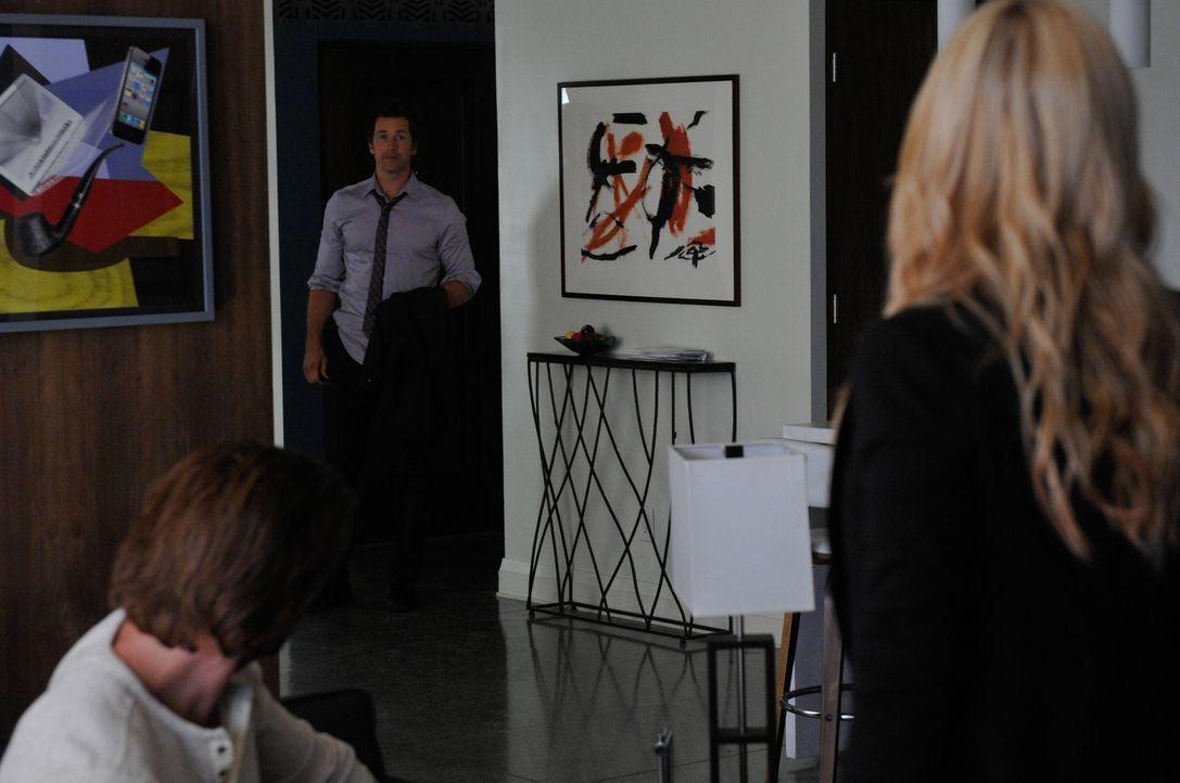 Um das Leben von Philip (Paul Greene, M.) zu retten, bricht Elena (Laura Vandervoort, r.) die Gesetzte des Rudels. Wie wird Clay (Greyston Holt, l.)... - Bildquelle: 2014 She-Wolf Season 1 Productions Inc.