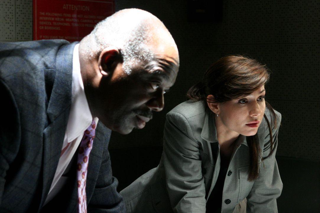 Josie (Sarah Brown, r.) und Will (Thom Barry, l.) verhören den Verdächtigen Troy ... - Bildquelle: Warner Bros. Television