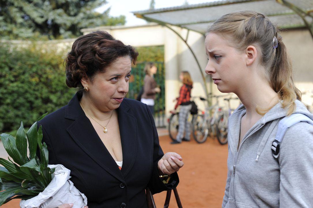 Während Bea alles versucht, Ben ihre Gefühle zu verheimlichen, findet Ingrid (Franziska Traub, l.) die traurige Lara (Amelie Plaas Link, r.) ... - Bildquelle: Christoph Assmann SAT.1