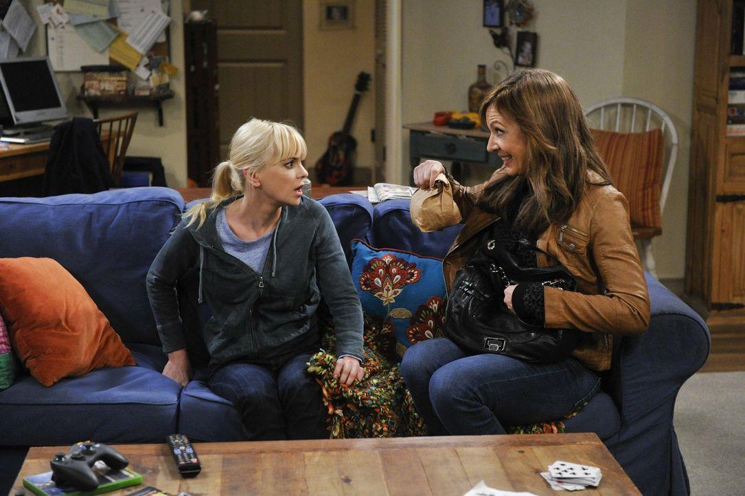 Durch den Tod ihres Freundes Alvin, fängt Bonnie (Allison Janney, r.) an, durchzudrehen und sich in ihre Rivalität zu Lorraine zu steigern. Kann Chr... - Bildquelle: Warner Bros. Television