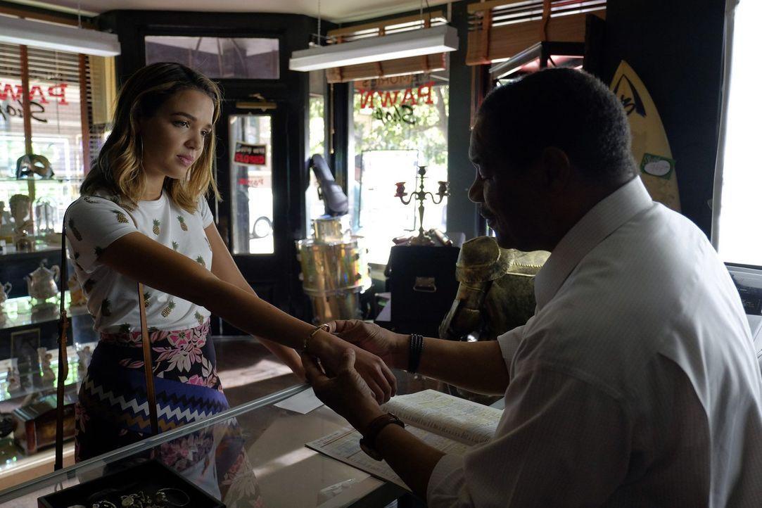 Zum Drehstart bekommt Paige vom Studio ein teures Armband geschenkt, doch sie möchte, dass Cassie (Georgie Flores, l.) es trägt und schenkt es ihr.... - Bildquelle: Warner Bros.