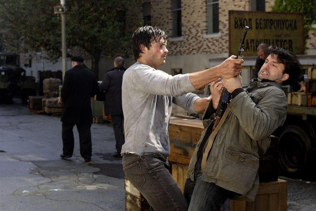 Ohne seine Kräfte ist es für Clark (Tom Welling, l.) nahezu unmöglich, zu entkommen ... - Bildquelle: Warner Bros.