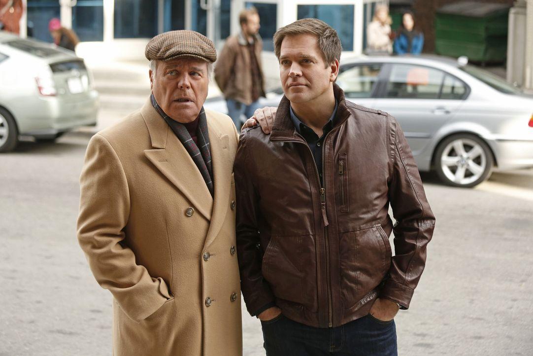 Anthony DiNozzo, Sr. (Robert Wagner, l.) hat eigentlich gute Nachrichten für seinen Sohn Tony (Michael Weatherly, r.) - doch er kommt nicht dazu, si... - Bildquelle: CBS Television