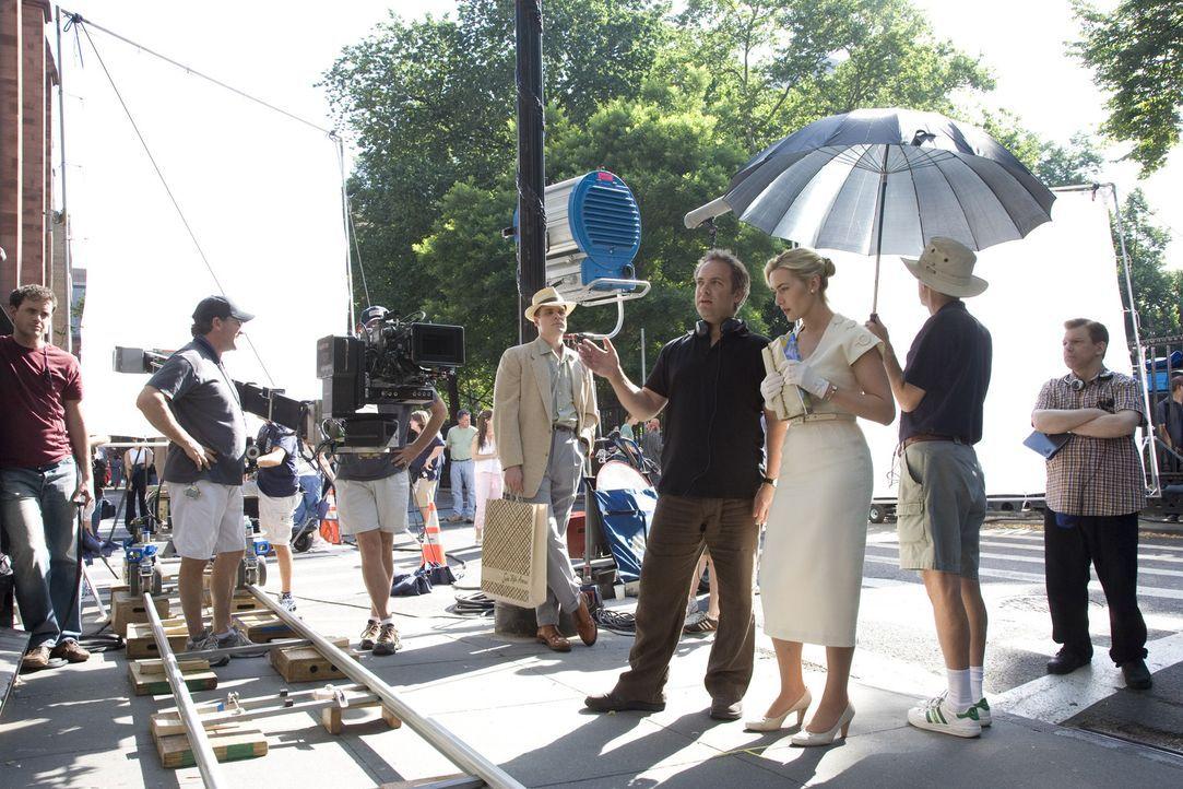 Regieanweisungen von Ehemann Sam Mendes, l.: Hauptdarstellerin Kate Winslet, r. - Bildquelle: 2007 Dreamworks,  LLC.