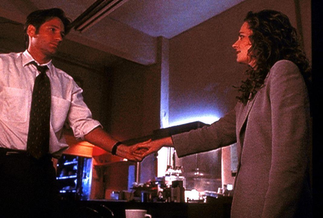 Mulder (David Duchovny, l.) trifft sich mit seiner angeblichen Schwester Samantha (Megan Leitch, r.), die er schon lange nicht mehr gesehen hat. - Bildquelle: TM +   Twentieth Century Fox Film Corporation. All Rights Reserved.