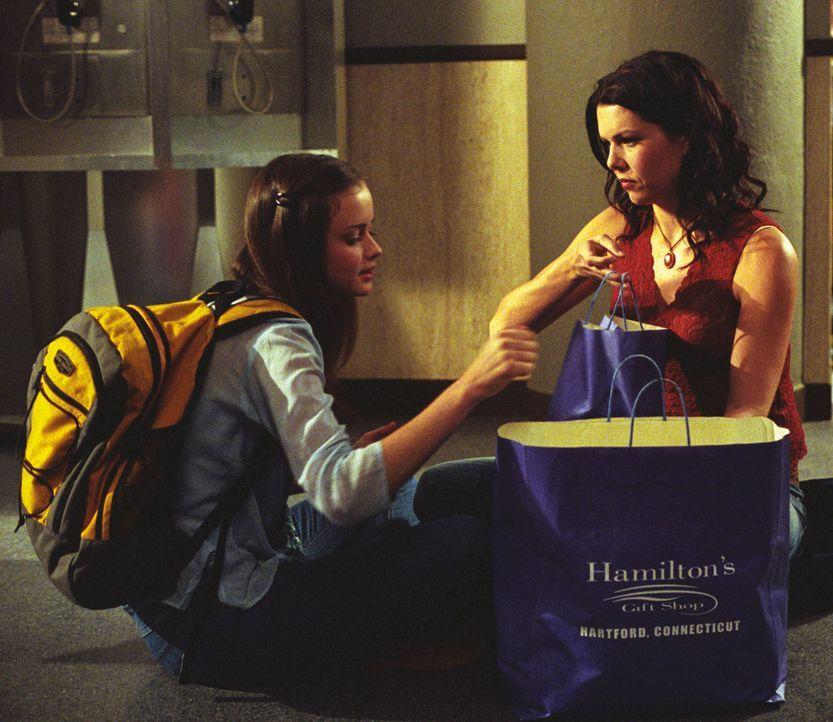 Lorelai (Lauren Graham, r.) macht Rory (Alexis Bledel, l.) klar, dass ihr Verhalten Dean gegenüber unfair ist und sie sich endlich zwischen den beid... - Bildquelle: 2002 Warner Bros.
