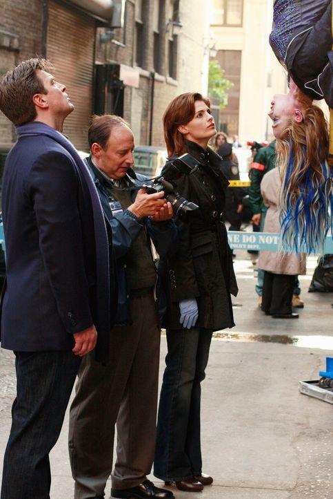 Die Sängerin Hayley Blue (Brianna Haynes, r.) wird tot aufgefunden. Richard Castle (Nathan Fillion, l.), M.E. Sidney Perlmutter (Arye Gross, 2.v.l.)... - Bildquelle: ABC Studios