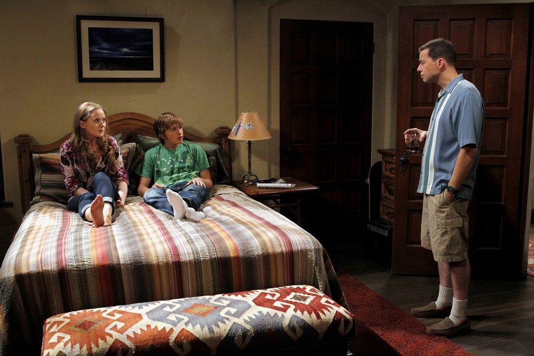 Alan (Jon Cryer, r.) entwickelt über Charlies Verlust eine tiefe Persönlichkeitskrise, die darin gipfelt, dass er sich selbst für Charlie hält und a... - Bildquelle: Warner Brothers Entertainment Inc.