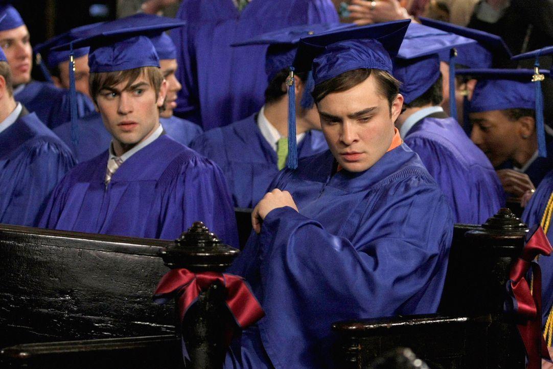 Nate (Chace Crawford, l.) und Chuck (Ed Westwick, r.) sind geschockt, als sie eine SMS von Gossip Girl lesen ... - Bildquelle: Warner Brothers