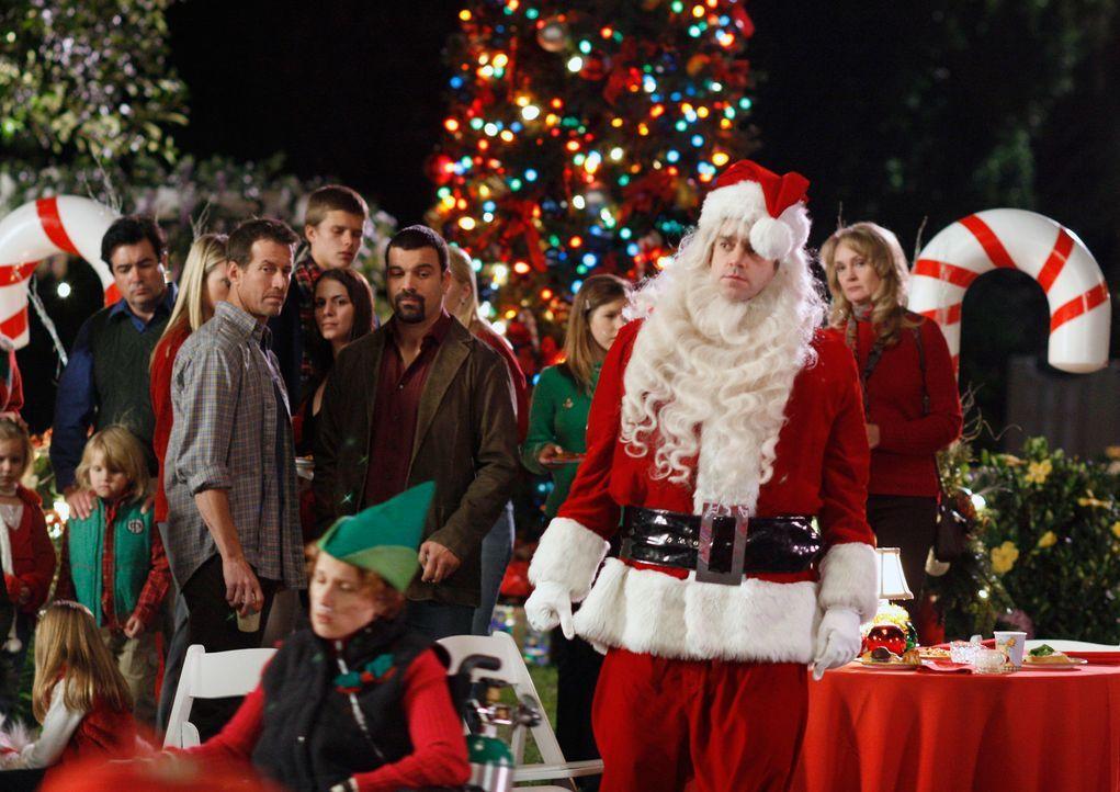 Auf der alljährlichen Weihnachtsfeier wird Art (Matt Roth, 2.v.r.) von den Bewohnern total gemieden ... - Bildquelle: 2005 Touchstone Television  All Rights Reserved